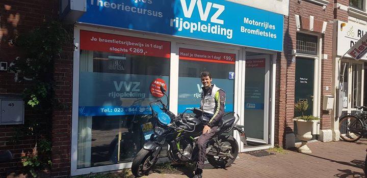 Jaja helemaal vanuit Simpelveld(🤷♂️) is hier Sander Boormans. Hij is een wespensteek en een MOTORRIJBEWIJS rijker.🐝🏍💨💨 Het was het allemaal waard geweest he Sander?😉😉 Veel plezier en vele veilige kilometers met je Yamaha!!🎉🎈🎊