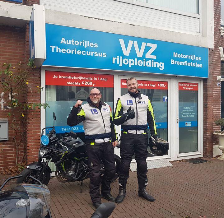 We mogen weer 2 motormuizen blij maken met een MOTORRIJBEWIJS!! Supercollega Robert Meijer en Max van Galen gefeliciteerd met het behalen van jullie MOTORRIJBEWIJS!!🎉🎉🎈🏍💭💭 Ruimschoots op tijd voor de zomer toch?☀️🌡😎
