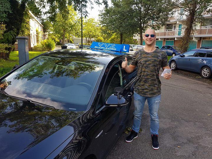 Zo waar een celebrity die een 8 daagse komt doen.😂😂 Vin Diesel (zijn echte naam Remco Blits) had binnen 8 dagen zijn autorijbewijs nodig. Zo gezegd zo gedaan! Vin Diesel, ik bedoel Remco, gefeliciteerd met het behalen van je AUTORIJBEWIJS!!!🎉🎉🎊🎊