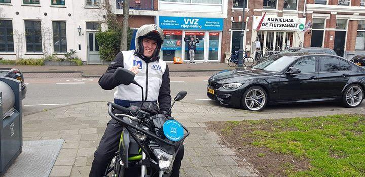 We trappen het motorseizoen af met onze grote vriend Tim Klein. Een flinke examenroute naar Landsmeer (tja hoe verzin je het) maar dat kon Tim allemaal weinig schelen.👊👊 A2 MOTORRIJBEWIJS IS GEWOON IN DE POCKET!!😀😀 Vele veilige kilometers en tot over 2 jaar!!🛵🛵💨💨  (Oh en die gek op de achtergrond is Menno Nibbering. Die komt gewoon lessen😉😉)